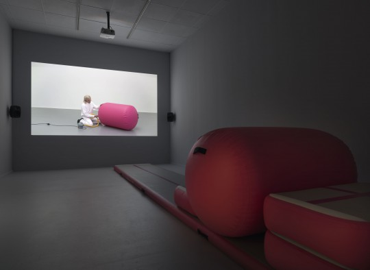 Alexandra Bachzetsis, Instruction Pieces, Ausstellungsansicht Neuer Berliner Kunstverein, 2019: A Manual for Desire (Video, 2018), Catapult (Skulptur, 2018) © Neuer Berliner Kunstverein / Jens Ziehe